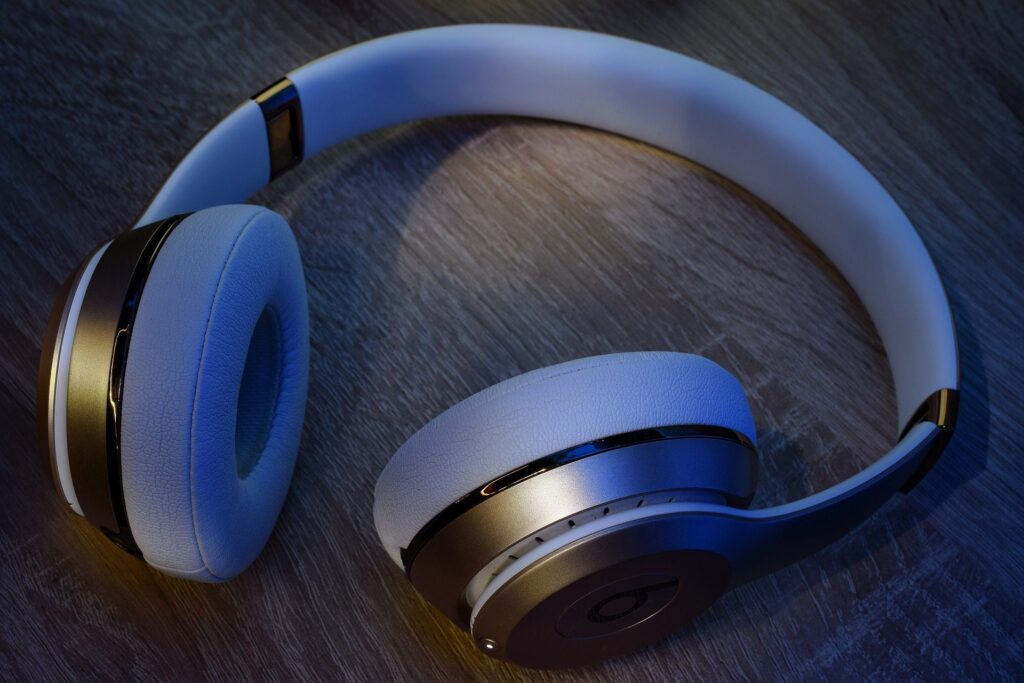 How to connect wireless headphones to the TV without Bluetooth